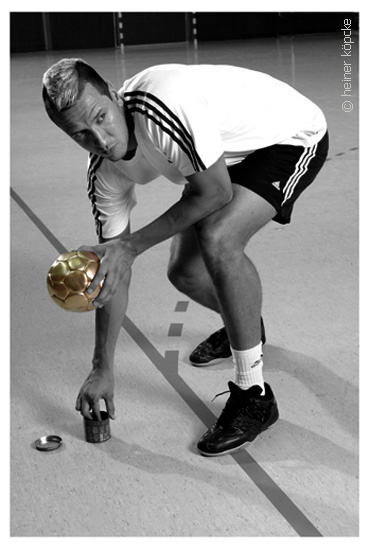 <h2>Pascal Hens,Olympia-Goldserie</h2><div id='trenner'></div>Handball-Nationalspieler,2008 <div id='trenner'></div> <div id='tags'>Schlagworte: <a href='/kategorie/handball' rel='tag' title='' class='active'>Handball</a> | <a href='/kategorie/olympiaserie' rel='tag' title=''>Olympiaserie</a> | <a href='/kategorie/pascal_hens' rel='tag' title=''>Pascal Hens</a> | <a href='/galerie/olympia' rel='tag' title='&quot;Goldserie&quot;zu Olympia 2008'>Olympiaserie 2008</a></div>